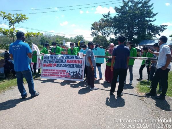 Mahasiswa UPP Gelar Aksi Demo, Menuntut Dewan Pembina YPRH Untuk Berhentikan Ir. H. Hafith Syukri sebagai Ketua YPRH