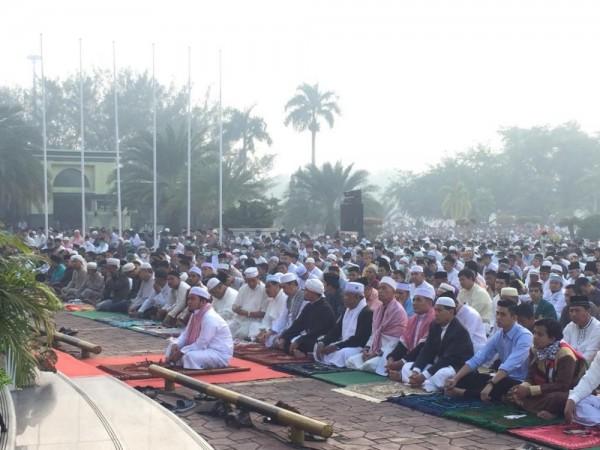 Ribuan Warga Pekanbaru Tetap Antusias Salat Idul Adha Ditengah Kabut Asap