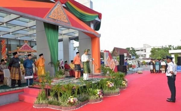 Sekdaprov Riau Didaulat Pembina Upacara HUT Bank Riau Kepri ke 52