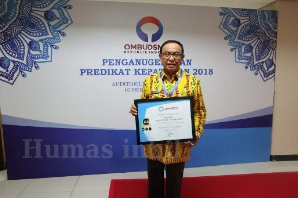 Bupati Inhil HM. Wardan Menerima Penghargaan dari Ombudsman RI