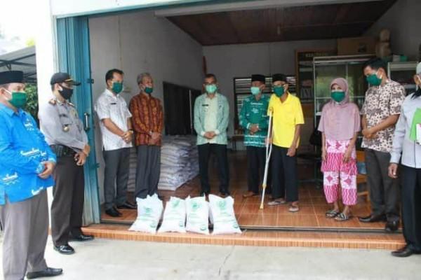Bupati Dan Ketua Baznas kuansing Serahkan Bantuan Sembako