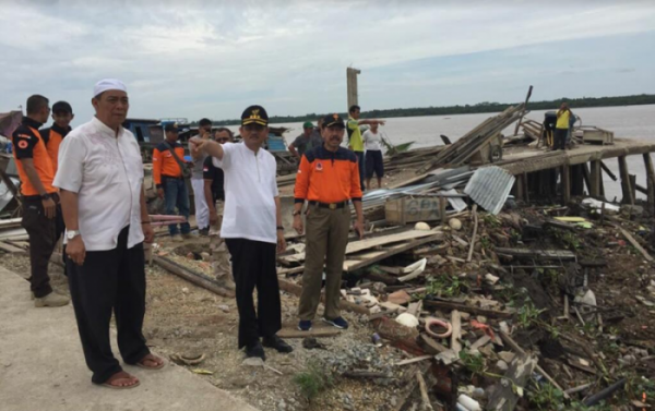 Sekdaprov, Kepala BPBD Riau dan BPBD Inhil Tinjau Lokasi Longsor di Tembilahan