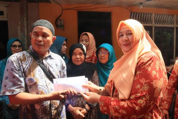 Ketua DWP Inhil Hj Sy Rohana Said Syarifuddin Serahkan Bantuan Korban Kebakaran
