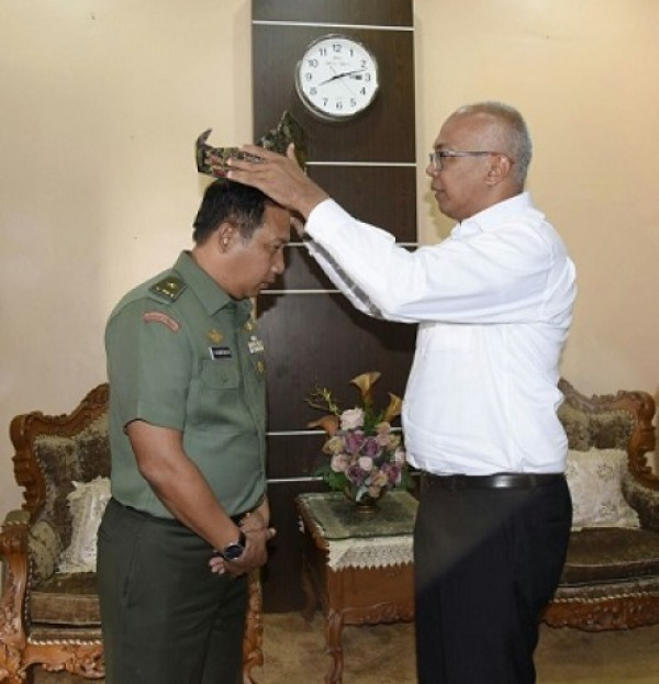 Pjs Bupati Inhil Sambut Kedatangan dan Pasangkan Tanjak Kepada Pati Mabes TNI