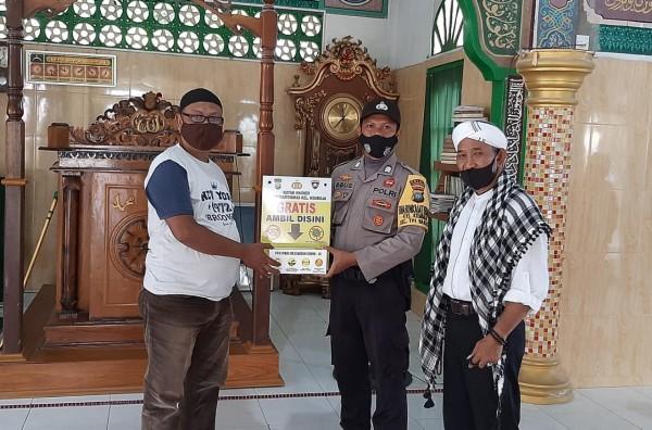 Bhabinkamtibmas Bagikan Masker Kepada Pengurus Mesjid Al Jannatul Naim