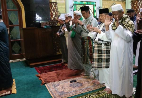 Bupati dan Wakil Bupati Bintan Sholat Idul Fitri 1440 H di Masjid Nurul Iman Kijang