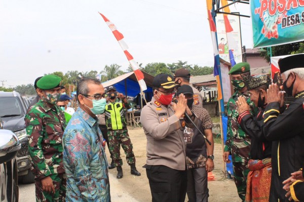 Bupati Mursini Didampingi Kapolres Kuansing Resmikan Desa Suka Maju, Sekaligus Penyerahan Bansos 125 Paket Sembako