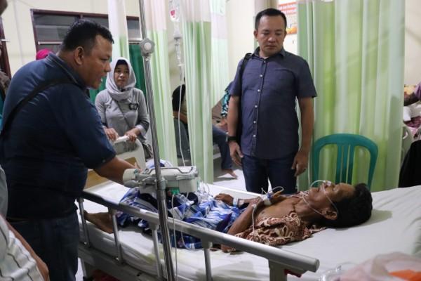 Kapolres Inhil Besuk Orang Tua Salah Seorang Wartawan Yang Terbaring Di Rumah Sakit