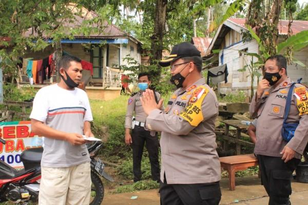 Kapolres Kuansing Tinjau Lokasi Banjir dan Berbagi Nasi Bungkus serta Sagu Hati ke Warga Banjir