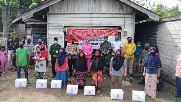 Bupati Kuansing Dan Kapolres laksanakan Pembagian Bantuan Sosial Serentak dalam rangka Hari Bhayangkara ke-74