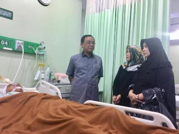 Bupati Inhil, HM Wardan Bersama Sang Istri, Hj Zulaikhah Wardan Besuk Bayu Alfasah Dirawat di RS Islam Ibnu Sina, Pekanbaru
