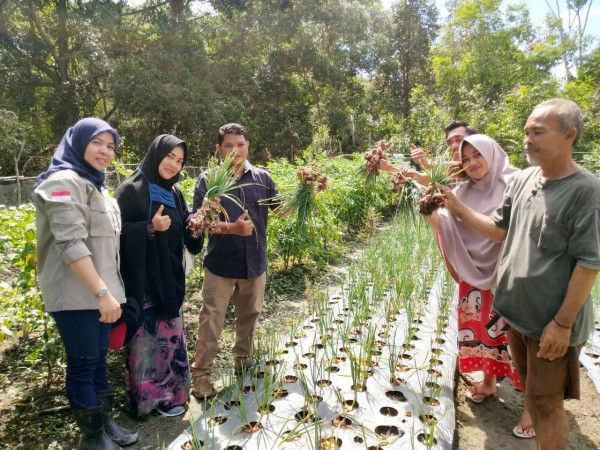 Anggota DPRD Kuansing Fedrios Gusni Berikan Bantuan Modal Usaha ke Petani