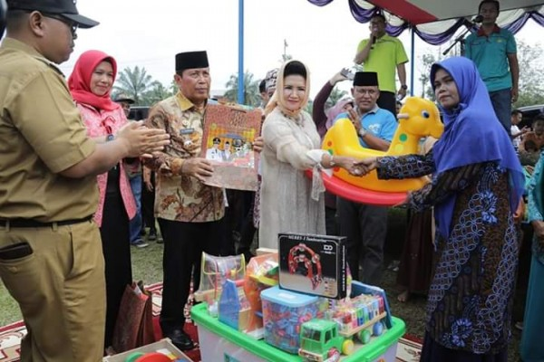 Bupati Rohul Mendampingi Bunda PAUD Peni Herawati Serahkan Intensif Guru Dan APE