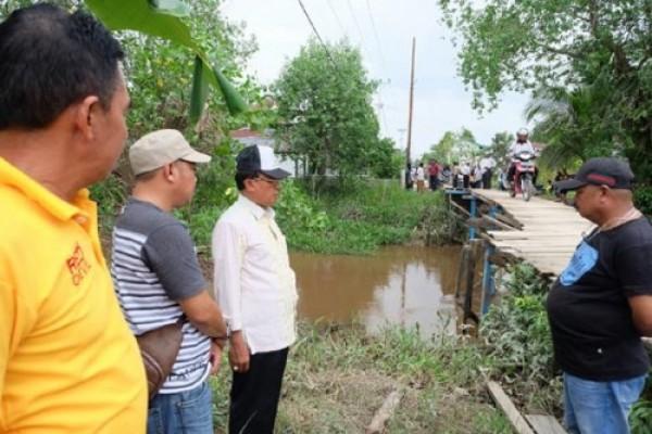 Meninjau ke Sungai Luar, Bupati Inhil Intruksikan DPU Prioritas Perbaikan Jembatan Ambruk