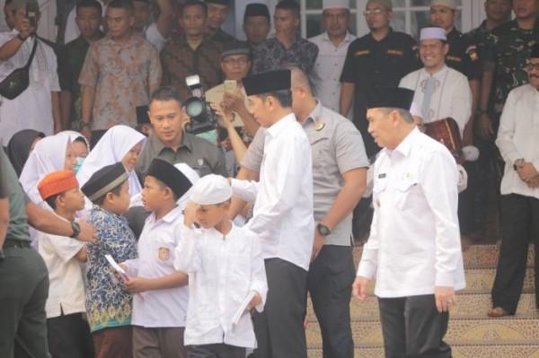 Jokowi Bagi-bagi Buku Tulis