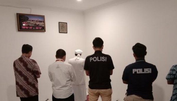 Adem... HRS jadi Imam Salat Berjamaah di Polda Metro, Makmumnya Para Penyidik