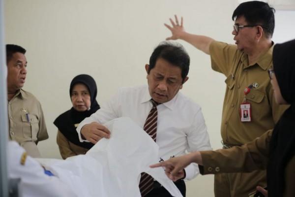 Sekda Riau Tinjau Ruang Isolasi RSUD Arifin Achmad untuk Penanganan Pasien Corona