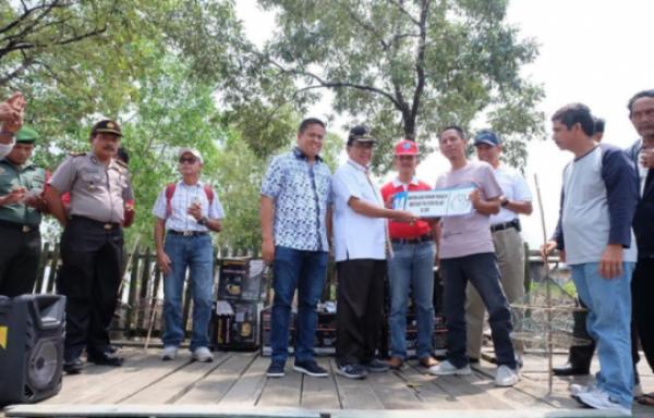Bupati Inhil Serahkan Bantuan Kepada Nelayan Inhil