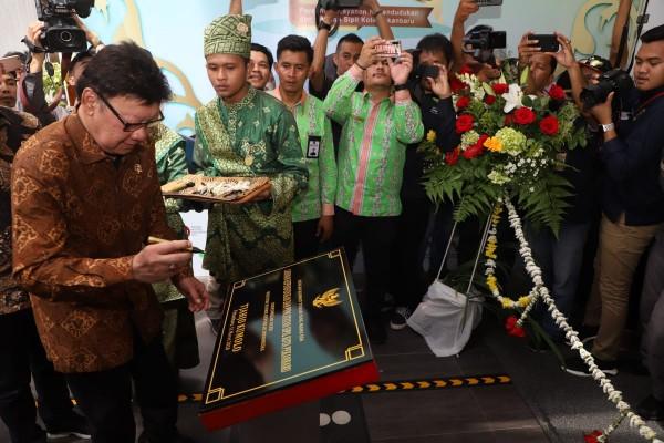 Wako Pekanbaru Terima  Penghargaan dari Menteri PANRB RI di HUT MPP Ke-1