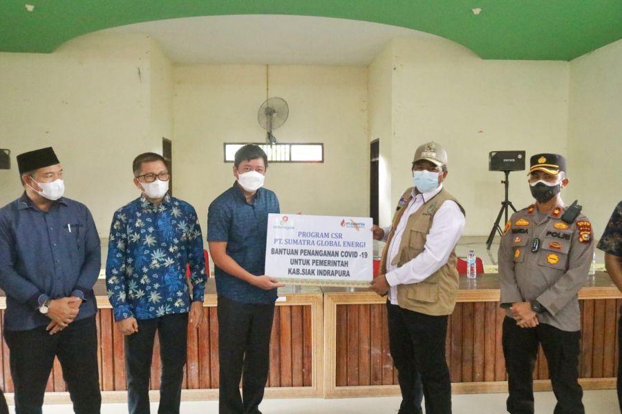 Alfedri Salurkan Bantuan Masker PT SGE ke Tiga Kampung di Kecamatan Sungai Apit