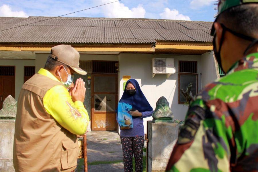 Beri Dukungan, Bupati Alfedri Kunjungi Warga Isolasi Mandiri Di Tualang