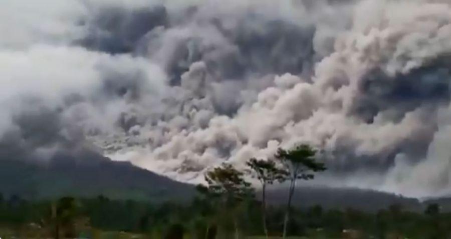 Gunung Semeru Erupsi, Muntahkan Awan Panas Sejauh 4,5 Kilometer, BNPB: Level Waspada