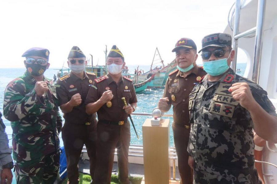 Kejari Karimun Musnahkan 4 Kapal Eks VietnAm dan 1 Kapal Eks Malaysia