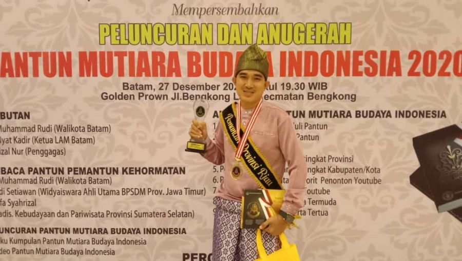 Rahmat Pantun Raih 8 Besar Pemantun Termuda Nasional  Anugerah Pantun Mutiara Budaya Indonesia 2020