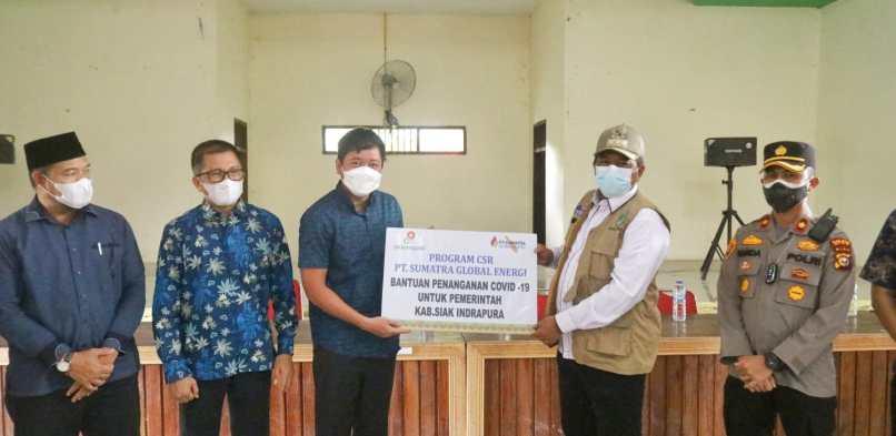 Terima 3000 pcs Masker Dari Program CSR PT Sumatra Global Energi Bupati Alfedri Serahkan ke Tiga Kampung Di kecamatan Sungai Apit