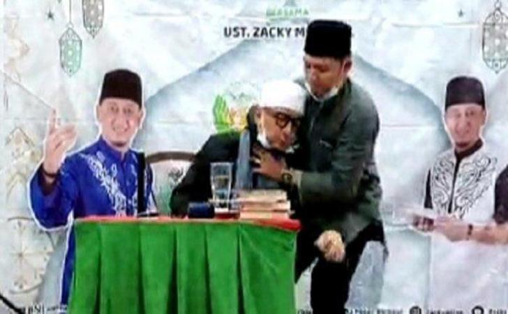 Ustadz Zacky Mirza Pingsan saat Ceramah di Riau, Hampir Jatuh