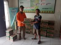 Camat Jhon Pitte Alsi Serahkan Bantuan Banjir Untuk 1.505 Jiwa di Kuantan Hilir