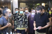 Gubri Promotes Riau Batik in Bali