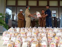Bantuan Paket Sembako PT. SAR DI Terima Bupati Kuantan sungingi  H. Mursini