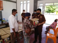 Peringati Hari Adhyaksa Ke-60 dan Hari IAD XX,  Kejari Karimun Berikan Paket Sembako