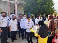 Bupati dan Ketua DPRD Pelalawan Serahkan Dana BLT Kepada Masyarakat Terdampak Covid-19
