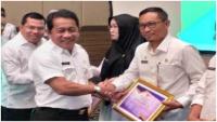 Gubri H. Syamsuar Beri Penghargaan Ke Dinas DPMPST Kabupaten Bengkalis
