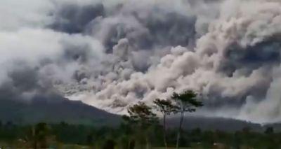gunung-semeru-erupsi-muntahkan-awan-panas-sejauh-45-kilometer-bnpb-level-waspada