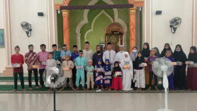 Pengurus Masjid Besar Syekh Zainuddin Koalo Tanah Putih Santuni Anak Yatim