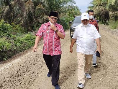 Wakil Bupati Nasarudin Gerak Cepat, Tinjau Kondisi Jalan Yang  Rusak di kelurahan Rawang Empat